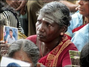 Des centaines de femmes ont pris d'assaut le convoi du Premier ministre britannique David Cameron lors de sa visite à Jaffna dans le nord du Sri Lanka