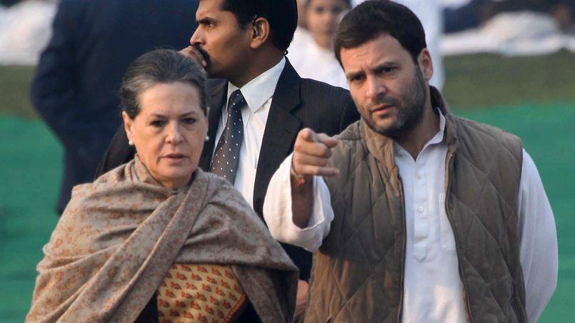 Rahul Gandhi au côté de sa mère Sonia Gandhi, le 14 novembre à New Delhi. Crédits photo : RAVEENDRAN/AFP