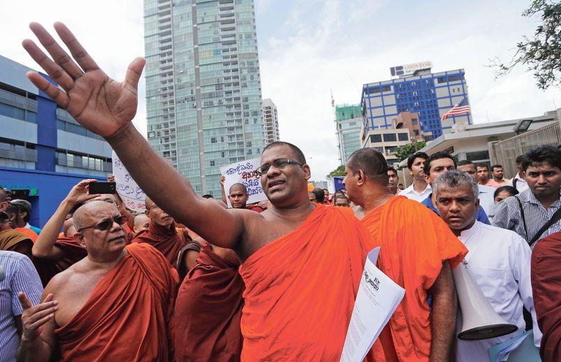 Galaboda Aththe Gnanasara, le secrétaire général du Bodu Bala Sena, en juillet 2013 à Colombo lors d'une manifestation pour condamner l'attentat contre un lieu saint du bouddhisme situé en Inde. Crédits photo : Eranga Jayawardena/ASSOCIATED PRESS