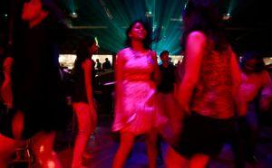 Sortie en boîte de nuit pour de jeunes Indiennes à Bombay. Les mœurs occidentales ont désormais envahi les grandes villes du sous-continent. Crédits photo : Rafiq Maqbool/AP