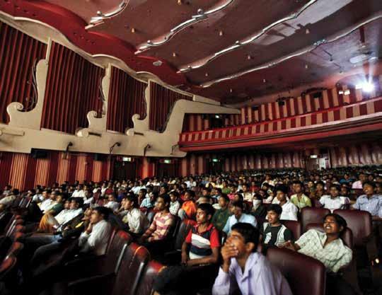 Dans une salle de cinéma en Inde, les gens rient, pleurent et dansent sur les répliques de leurs héros.